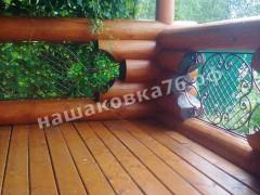 Кованые вставки в бревенчатый балкон. фото №7