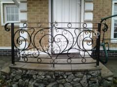 Кованое ограждение у входа в дом. фото №12
